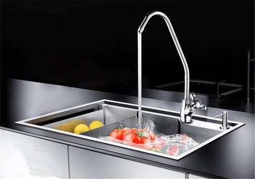 """夏日净水器保养:快为你家的净水器""""消消暑""""吧"""